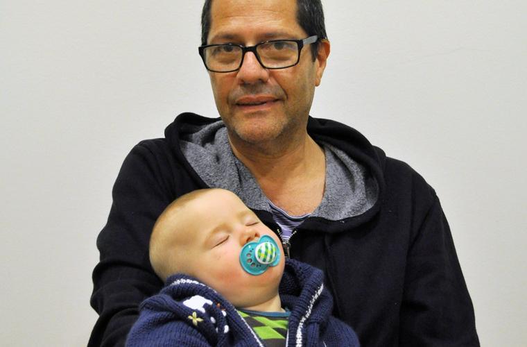 Konstnären Estoardo Barrios Carillo tillsammans med sonen Artur.
